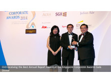 SMRT CEO Desmond Kuek receiving the Best Annual Report Award at the Singapore Corporate Awards Gala Dinner