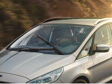 Fords nya ClearView torkarbladssystem, med spolarmunstycken direkt monterade på torkarbladsarmarna.