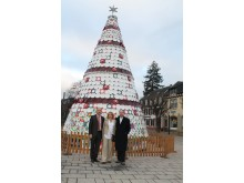 Michel von Boch shows the Ambassador and his wif the ceramic Christmas tree in Mettlach.
