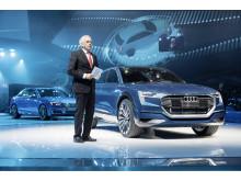 Ulrich Hackenberg, øverste chef for teknisk udvikling hos Audi AG, ved siden af Audi e-tron quattro concept på Frankfurt International Auto Show 2015