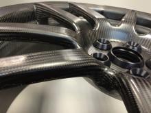 A Ford GT karbonszálas keréktárcsái egy innovatív alapanyag előnyeit kínálják: remek dinamikai tulajdonságokat, tömegcsökkentést és alacsony NVH-értékeket