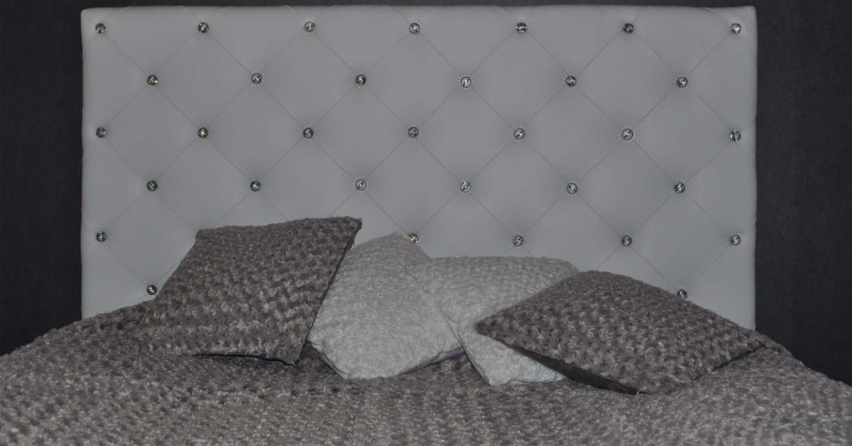 Sänggavel i vitt skinn med swarovskikristaller AZ Design