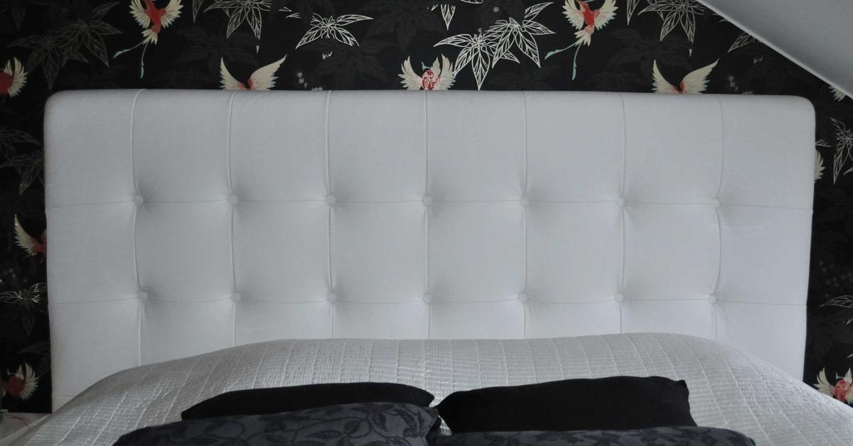 Måttbeställd sänggavel och sängram i vitt skinn AZ Design