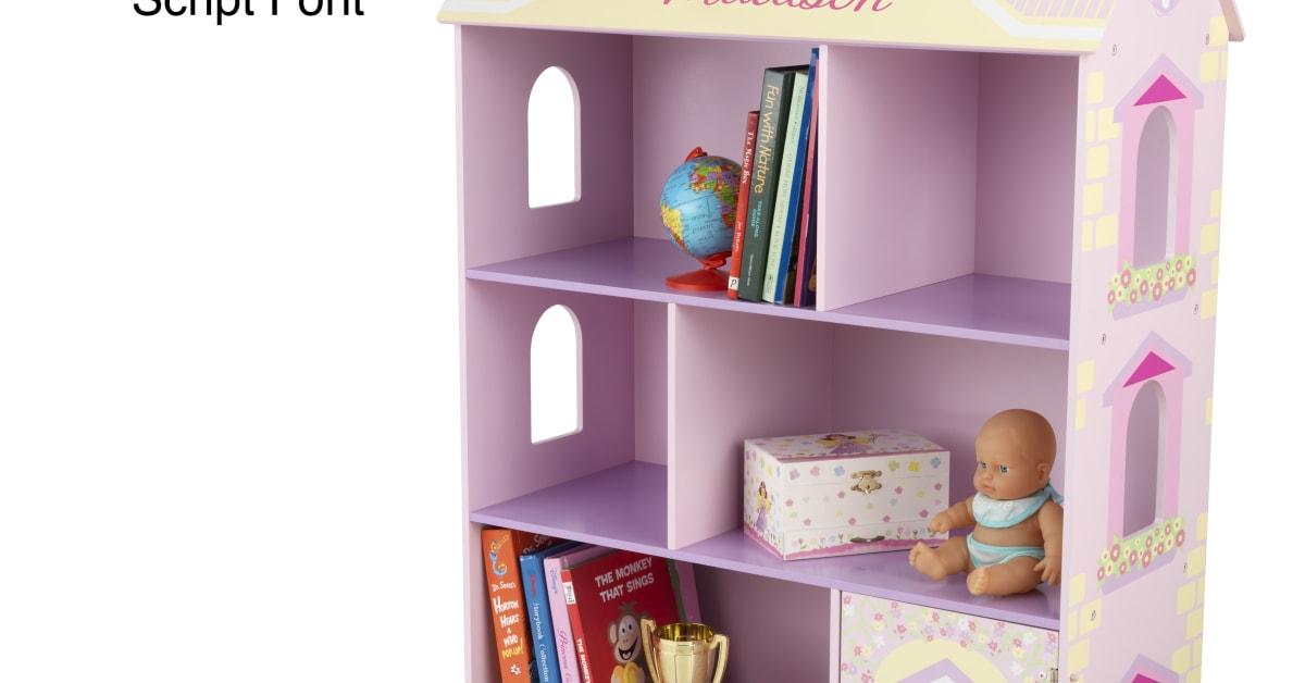 Dockskåp bokhylla med ditt barns namn på från KidKraft och ABC ABC Leksaker AB