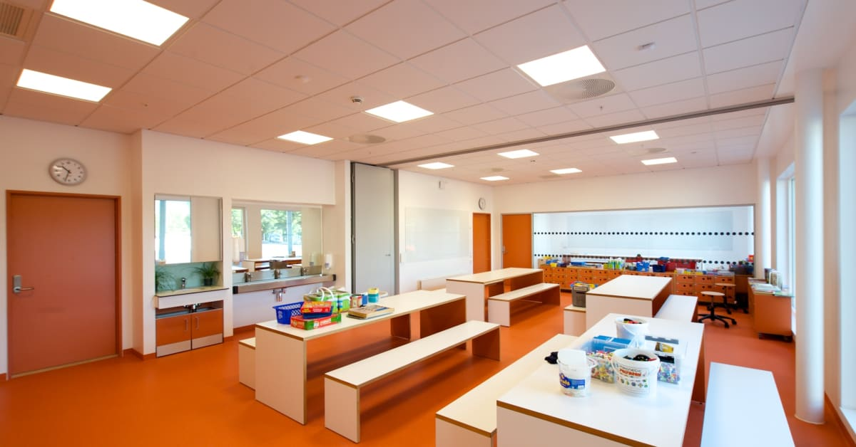 Modern White Classroom : Klasserom i varmhvitt lys glamox