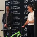 Peter Klangsell visar ungdoms-elcykeln Rushr från Lifebike. Nu vill även ungdomar cykla elcykel.