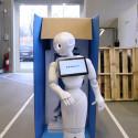 Humanoid robot ankommer til lærerværelset