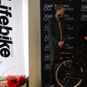 Janne Gustafsson från Vartex i Stockholm visar upp Batavus Torino 7, en kvalitetscykel till ett rimligt pris.