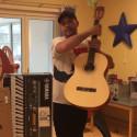 Martin Stenmarck tar emot instrument