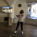 Mor och dotter skjuter monster i Virtual Reality