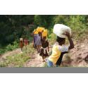 LiveEarth_Kvinnor och barn på väg att hämta vatten