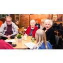 Vid varje har man gemensam fika med möjlighet för samtal mellan gamla och unga.