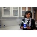 Laila Ladhani, forskare på avdelningen för mikro- och nanosystem vid KTH, visar upp virusdetektorn. Foto: Peter Ardell.