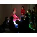 Barn utforskar ljus på Rymdtorget