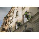 Reparbetare lagar putsskador på en bostadsrättsförening