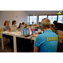 Kodpedagogen Martin Blom Skavnes hjälper till under Zcooly Hack