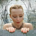 """Brittiska stjärnskottet Millie Turner släpper sommarsingeln """"Swimming pool"""""""