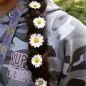 Hon har blommor i sitt hår.