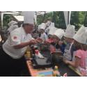 Dan Lexö lär skolbarn laga ekologisk och vegetarisk mat.