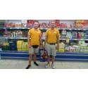 Spies-guiderne Mads Balle (til venstre i billedet) og Mike Larsen stod for indkøbene i et tyrkisk supermarked i Alanya.