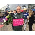 Dan Widegren tar emot rosa biljett