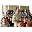 Studerende fra MARTEC gør klar til at stille Søren Pind et spørgsmål
