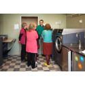 Tvättmedel framställt av bakterier gör MKB:s seniorhusboende till miljöhjältar