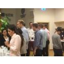 Gymnasielever, högskolestudenter och företag lunchar tillsammans