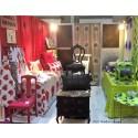 Färgstark formgivare sätter ny textur på gamla möbler