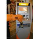 En KUKA robot och en KONTANTEN uttagsautomat gör gemensam kampanj mot prostatacancer