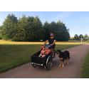 Familj och fotograf lever livet på lastcykel