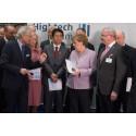Autonome Systeme: Angela Merkel und Johanna Wanka nehmen Bericht des Hightech-Forums entgegen