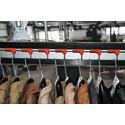 Laadukkaille vaatteille käytössä on riippukuljettimet henkareille