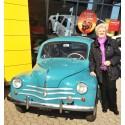 Jenny og den lille lyseblå Renault - måske Danmarks mest loyale Renault kunde