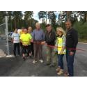 Alvar Olsson och Åke Fransson klipper bandet till nya återvinningscentralen i Österfärnebo tillsammans med personal på Gästrike återvinnare