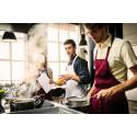 Mannen tar plats i köket när fulmaten blir fin