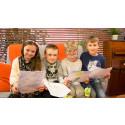 Några tredjeklassare från Furulunds fritidshem förbereder sig innan de ska läsa upp sina dikter för de äldre på Furulunds äldreboende.