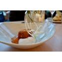 Dessert från Picnics nya meny. En panerad och friterad Rossa-ost från Oviken med hjortronmylta.