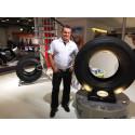 Bildtext: Thomas Nilsson bredvid nya däcken Bridgestone W958 för 9- och 10-tons styraxel i 385/65 R 22,5.