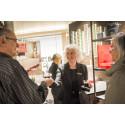 Kaffespesialist Marte Heggdal deler ut kaffe i Nespresso sin nye pop-up Boutique