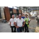Daglig leder Jan Lindal med teamet som lager fasadeelementene