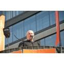 Thomas Larsson håller tal på ett torgmöte vid Sergels torg