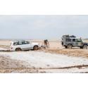Vår Landcruiser fastnar i lera i saltöknen Dasht-e Kavir
