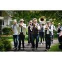 Bohuslän Big Band tågade med Jazzparaden i Vara och St Levene
