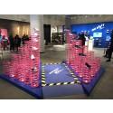 Lesjöforsfjädrar i Nike-skyltning i fashionabel Londonbutik