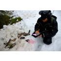 1)Lars-Thomas Persson från Gällivare skogssameby dokumenterar en björndödad renkalv utanför Nattavaara.