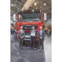 Jürgen Haberland, Head of Off-Road MAN Engines, og Johan Björnör, Vice President & Head of Sales Truck, får overrakt trofæet fra Fabio Butturi, medlem af juryen og redaktør af magasinerne DIESEL og DIESEL international (fra venstre til højre)