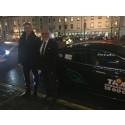 Nollzon: Paris vice borgmästare åker utsläppsfritt med Nollzonstaxi från Arlanda
