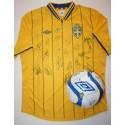 Signerad fotboll och matchtröja på auktion för Ukrainas barn