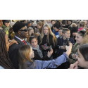 600 skolbarn i möter sina barnrättshjältar